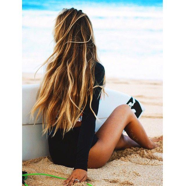 chica surfera sentada